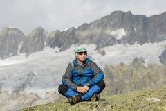 Alpinist наслаждается миром и уединением в швейцарских Альпах Стоковое фото RF