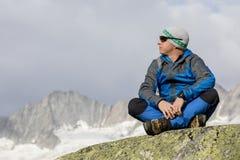 Alpinist наслаждается миром и уединением в швейцарских Альпах Стоковая Фотография