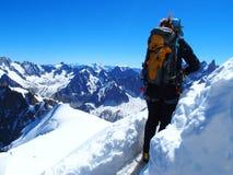 Alpinist bergsbestigareklättrare i franska FJÄLLÄNGAR på CHAMONIX MONT BLANC Arkivfoto
