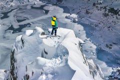 Alpinist in der Spitze stockbild