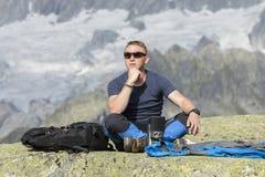 Alpinist meditiert entsprechend dem Lebenssinn stockfotografie