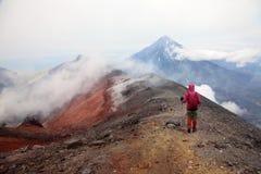 Alpinist på överkanten av den Avachinskiy vulkan. Royaltyfri Bild