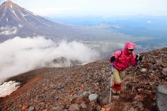 Alpinist på överkanten av den Avachinskiy vulkan Fotografering för Bildbyråer