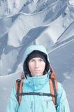 Alpinist på bakgrund av berglandskapet Royaltyfri Foto