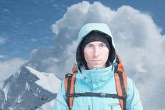 Alpinist på bakgrund av berglandskapet Royaltyfri Bild