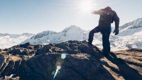 Alpinist på berget Arkivfoto