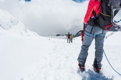 Alpinist som ser ner lutningen Arkivbilder