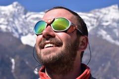 Alpinist som ser toppmötet, bergbakgrund Royaltyfri Bild