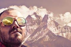 Alpinist som ser toppmötet, bergbakgrund Royaltyfria Bilder