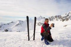 Alpinist som tar selfie med smartphonen Fotografering för Bildbyråer