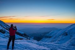 Alpinist som tar selfie på skymning Royaltyfri Bild