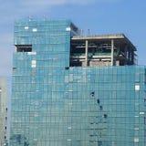 Alpinist vier, der für das Säubern des Gebäudefensterglases klettert Stockfoto