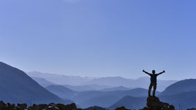Alpinista al picco Fotografia Stock Libera da Diritti