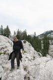 Alpinista/camminare le rocce Fotografia Stock Libera da Diritti