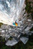 Alpinista in casco Fotografie Stock Libere da Diritti