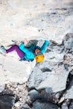 Alpinista in casco Immagini Stock