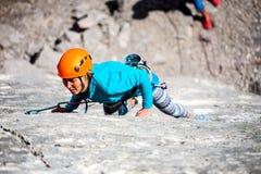 Alpinista in casco Immagine Stock