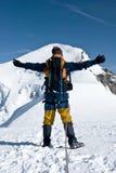Alpinista che abbraccia picco Fotografie Stock