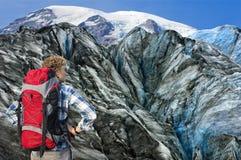 Alpinista che affronta suo sfida Fotografie Stock Libere da Diritti