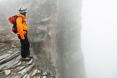 Alpinista che arrampica il picco di Eiger Immagine Stock