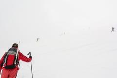 Alpinista che cammina in nebbia Fotografie Stock