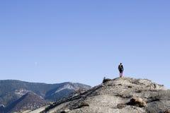 Alpinista che cammina nella montagna Immagini Stock
