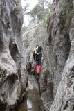 Alpinista che cammina nella a via il ferrata Immagini Stock Libere da Diritti