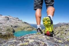 Alpinista che cammina sopra una roccia nelle alpi Immagine Stock Libera da Diritti