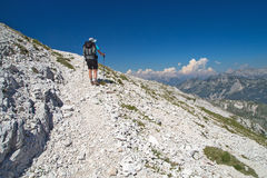 Alpinista che cammina sulla montagna Peski Immagini Stock