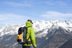 Alpinista che esamina il paesaggio Immagini Stock