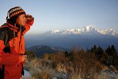 Alpinista che esamina una montagna Immagine Stock