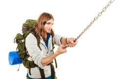 Alpinista che fa un'escursione la montagna rampicante della roccia Immagini Stock Libere da Diritti