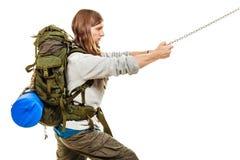 Alpinista che fa un'escursione la montagna rampicante della roccia Fotografia Stock Libera da Diritti