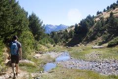 Alpinista che fa un'escursione nella montagna con un vapore vicino lui in Pirenei Immagine Stock Libera da Diritti