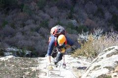 Alpinista che fa a via il ferrata Immagini Stock Libere da Diritti