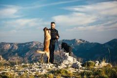 Alpinista che gioca con l'animale domestico Immagini Stock