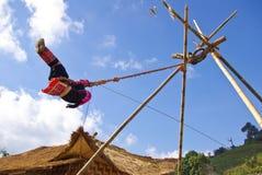Alpinista che gioca l'oscillazione della corda Fotografia Stock Libera da Diritti