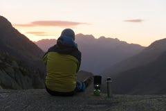 Alpinista che gode dell'alba nelle montagne svizzere Fotografia Stock Libera da Diritti
