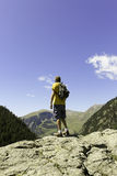 Alpinista che gode della vista Immagini Stock