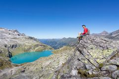 Alpinista che gode della vista nelle alpi Fotografie Stock
