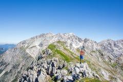 Alpinista che gode della vista nelle alpi austriache Fotografia Stock