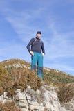 Alpinista che guarda il paesaggio Fotografia Stock Libera da Diritti