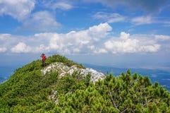 Alpinista che prende immagine con lo smartphone nelle montagne Immagini Stock
