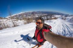 Alpinista che prende selfie sulla montagna snowcapped, fish-eye Immagine Stock Libera da Diritti