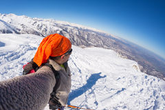 Alpinista che prende selfie sulla montagna snowcapped, fish-eye Fotografia Stock Libera da Diritti