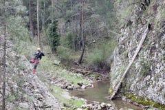 Alpinista che prende una fotografia nelle montagne Fotografie Stock