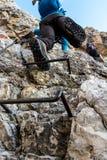 Alpinista che sale sui punti del metallo Immagini Stock