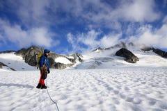 Alpinista che scala il ghiacciaio di Wedgemount in Garibaldi Park Fotografia Stock Libera da Diritti