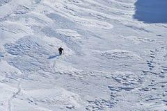 Alpinista che scala in montagne di Fagaras nell'inverno Immagini Stock