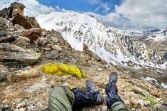 Alpinista che si siede nella montagna Immagini Stock Libere da Diritti